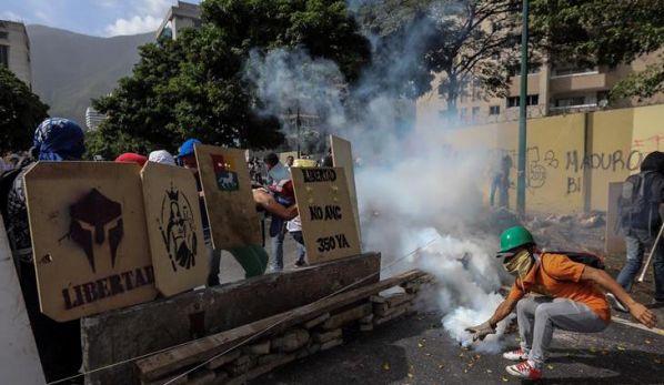 EFE: Crisis venezolana sigue con graves disturbios y dos campañas electorales