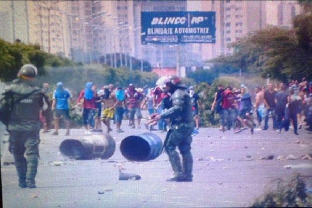 Enfrentamiento entre GNB y manifestantes en la C-1