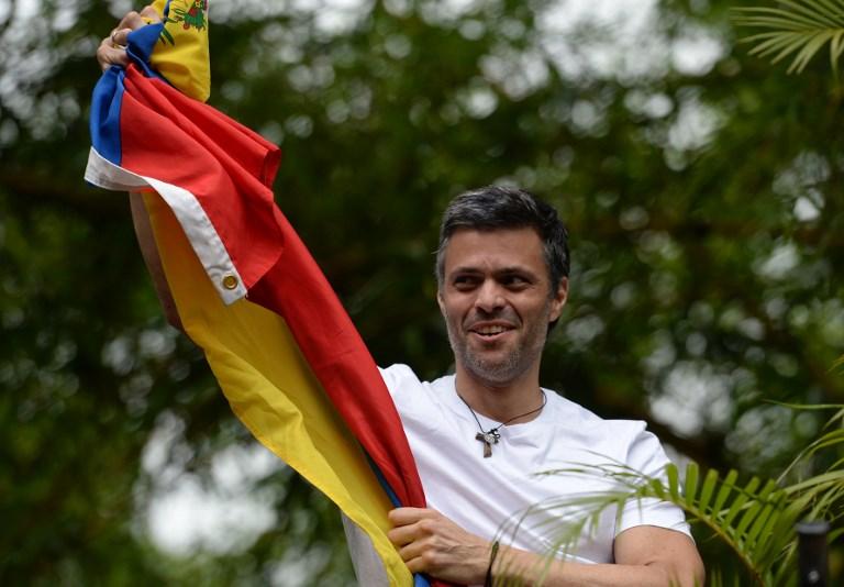 Leopoldo López se mostró por primera vez tras recibir arresto domiciliario (Video)