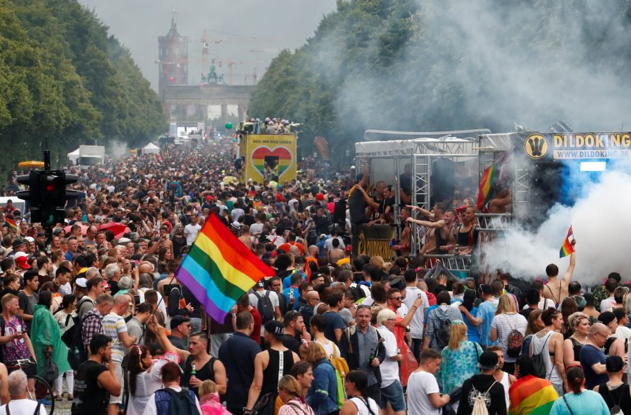 2017-07-22T134706Z_1583648747_RC1AF4EABD00_RTRMADP_3_GERMANY-LGBT-911×600.jpg
