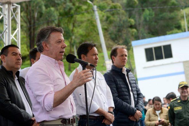 """""""Me pueden insultar, pero no al pueblo colombiano"""": Santos a Maduro"""