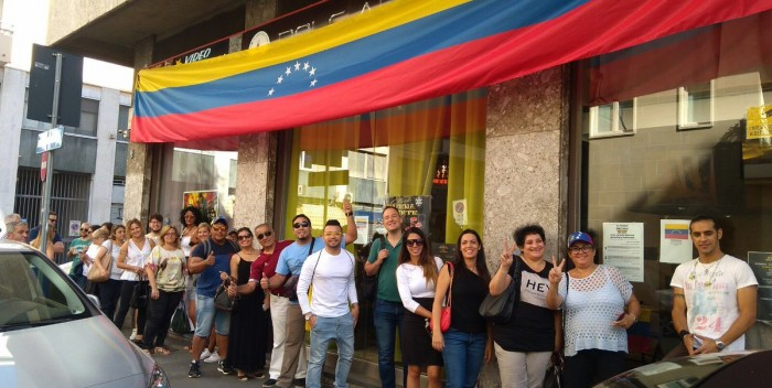 Venezolanos en Italia participan en la consulta popular convocada por la MUD