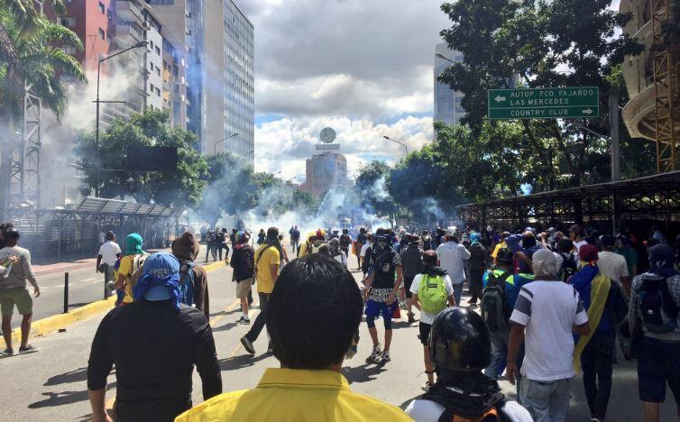 Funcionarios de la PNB reprimen a manifestantes en Chacaíto