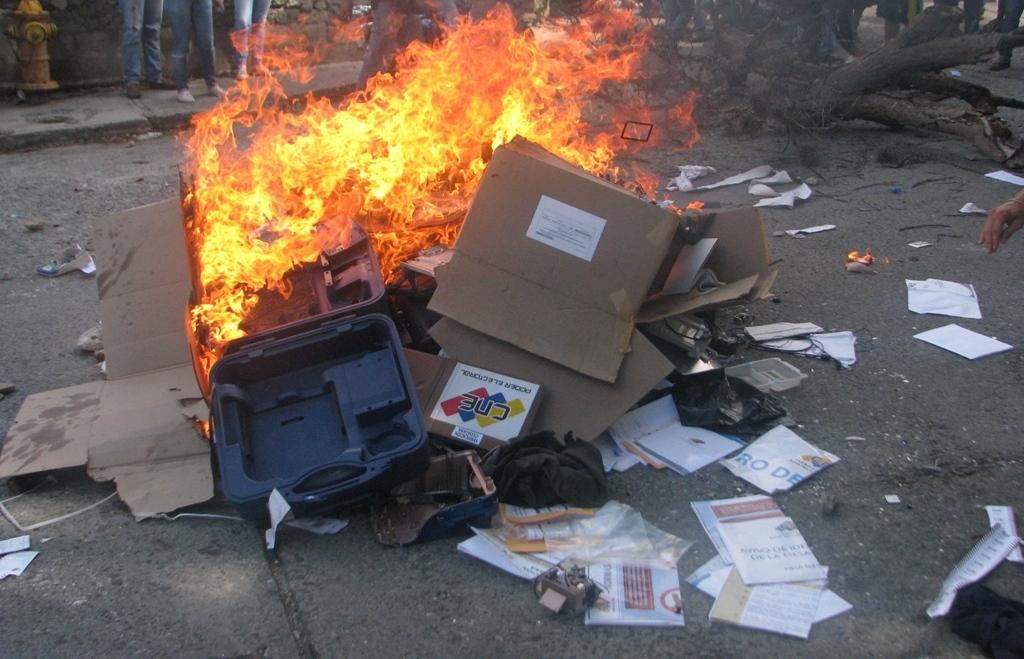 Presuntos responsables de quema de material electoral en Tovar fueron privados de libertad
