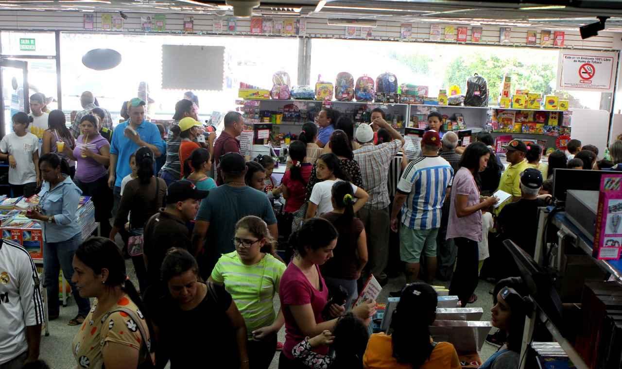 Padres abarrotan librerías en busca de útiles escolares