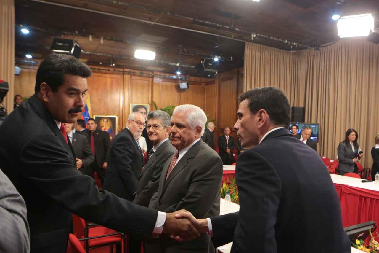 EFE: Analistas coinciden en la negociación como salida a la crisis en Venezuela