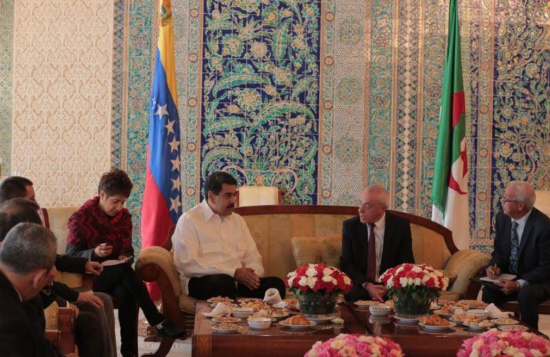 Nicolás Maduro hace parada en Argelia rumbo a Kazajistán