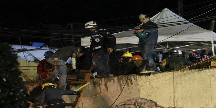 Rescatan cuerpo de una maestra en colegio derrumbado por terremoto en México
