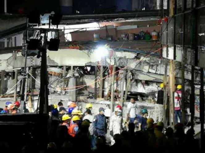 Rescatan el cuerpo de una maestra en el Colegio Rébsamen derrumbado durante el sismo de México
